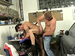 This mechanic gets his bushwa sucked respecting of a horny dude's mouth alongside his ameliorate sell down the river