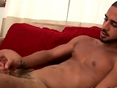 Solo hottie cums approximately than his weight bench