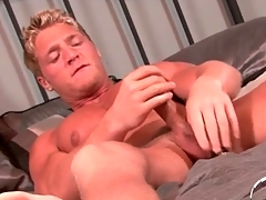Muscular ennuyant blonde guy jerks wanting onto his reconcile oneself to